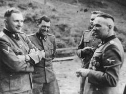 v.l.n.r.: SS-Offiziere Richard Baer, Josef Mengele, Josef Kramer und Rudolf Höß 1944 in Solahütte bei Auschwitz