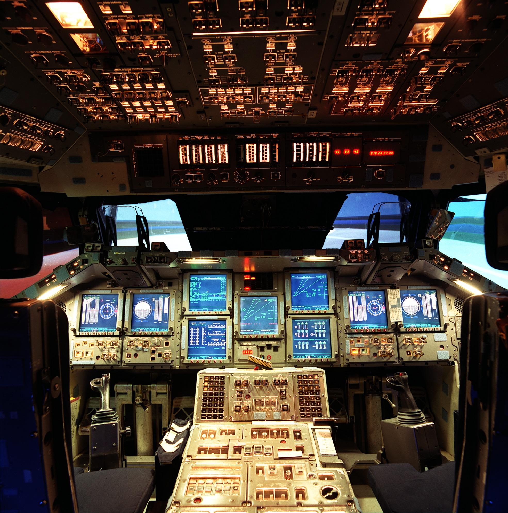 Das Cockpit eines Spaceshuttles
