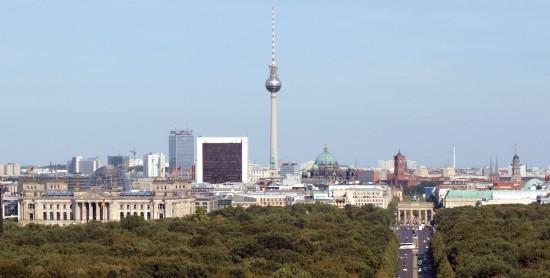 Berliner Innenstadt und Skyline mit Fernsehturm, Brandenburger Tor und Bundestag von der Siegessäule aus fotografiert.